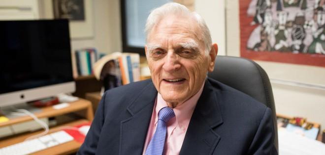 Ở tuổi 97, ông Goodenough cũng là người cao tuổi nhất từ trước đến nay nhận giải Nobel